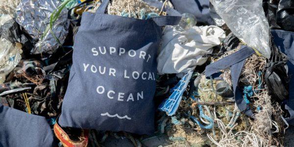 Fiskenet, plastik og alverdens andet affald skyller dagligt op på strande i Danmark og i hele verden i massive mængder. Foto: Jakob Gjerluff
