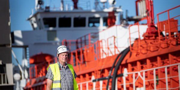 """Lindes markedsdirektør Ole Kronborg ved skibet """"Gerda"""" i Odense Havn, der sejler CO2 til den nye terminal. Foto: Linde Gas A/S"""