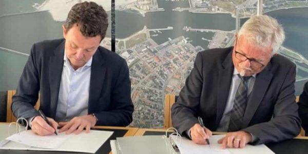 Vattenfalls landechef Lars Lønstrup Nicolaisen (t.v.) og formand for Hvide Sande Havn Iver Enevoldsen (t.h.) skrev under på lejeaftalen for et areal på Nordhavnen torsdag formiddag. Foto: Vattenfall