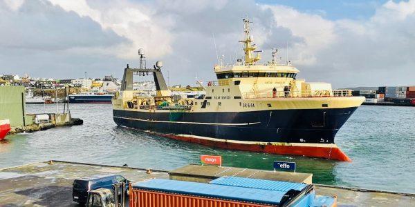 Den grønlandske fiskerikoncern Polar Seafoods fabrikstrawler Polar Princess ses her under havnemanøvre i Thorshavn på Færøerne før kursen sættes stik nordover mod Barentshavet. Arkivfoto: Polar Seafood.