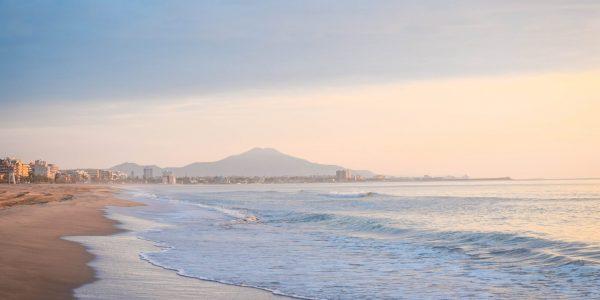 Spanien er kendt for sine smukke strande som på billedet her, men nu er otte styks altså blevet lukket. Arkivfoto: Anastasiya Ramanenka / Unsplash